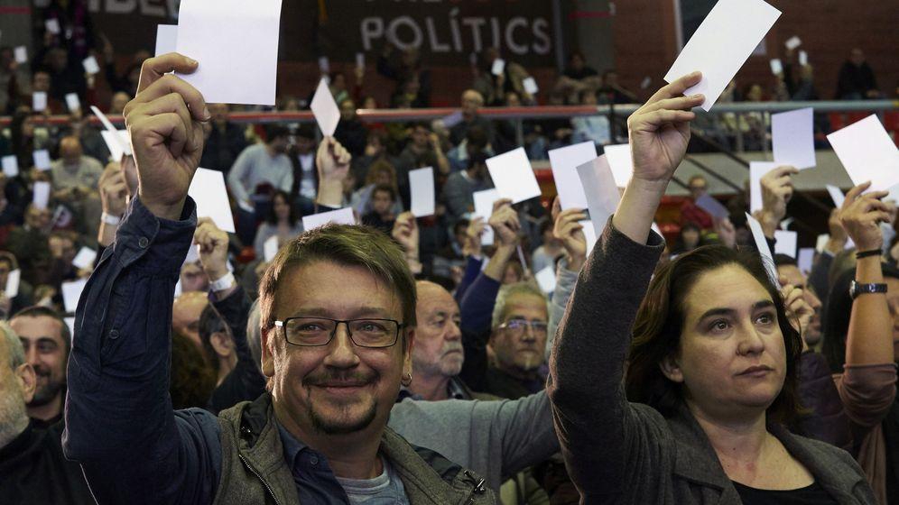 Foto: La alcaldesa de Barcelona, Ada Colau (d), y el cabeza de lista de los comunes, Xavier Domènech (i), durante la asamblea de Catalunya en Comú para ratificar la lista electoral del 21-D. (EFE)