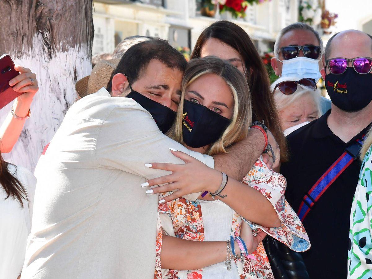 Foto: Rocío y David Flores, abrazados en el homenaje a su abuela y en medio de la polémica con su madre. (Gtres)