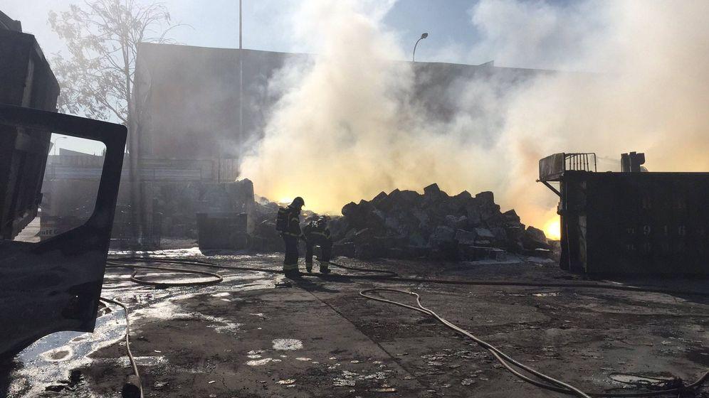 Foto:  Operarios sofocando el incendio. (112 Comunidad Madrid)