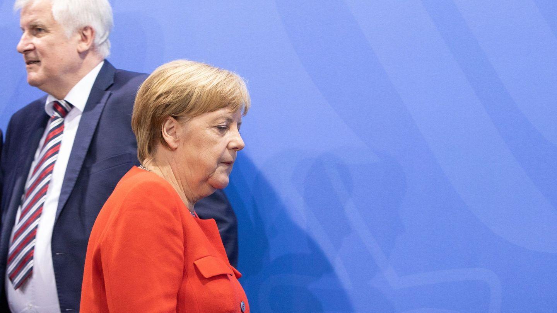 Merkel, con Seehofer detrás, su socio y, a la vez, su principal dolor de cabeza. (Reuters)