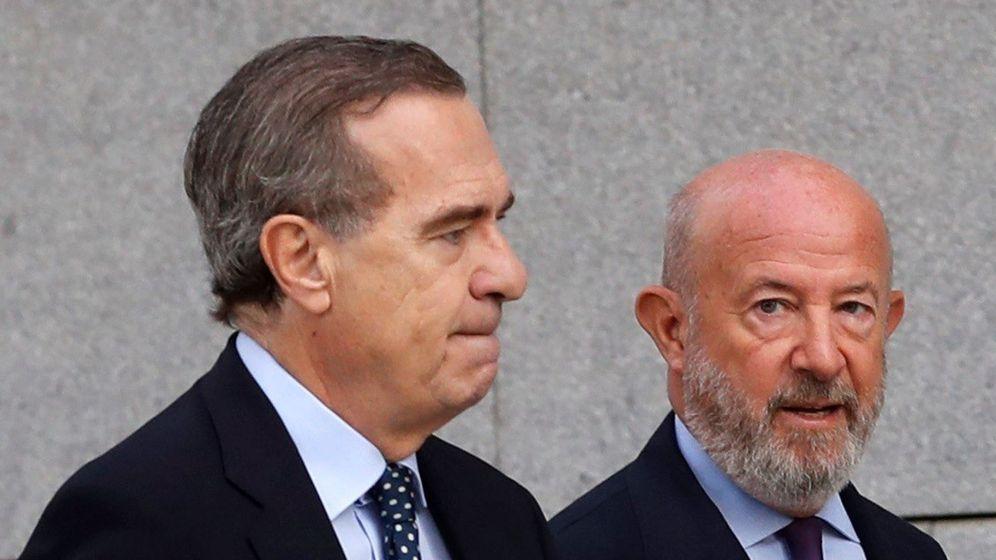 Foto: Emilio Saracho (d), expresidente del Popular, con su abogado José María Alonso (Efe)