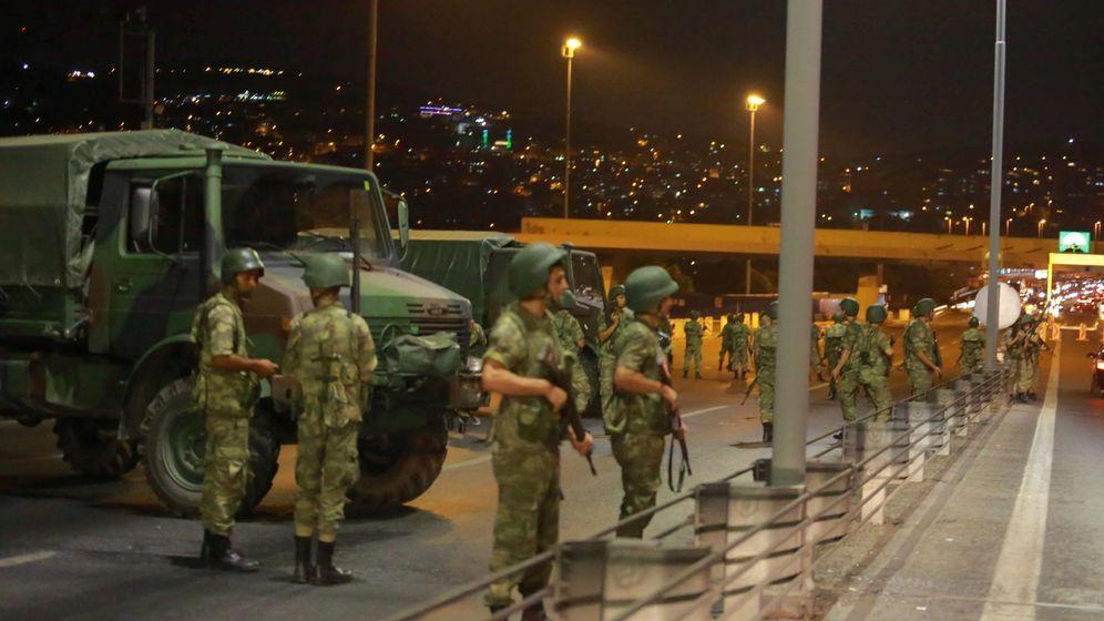 Foto: Militares turcos bloquean el acceso al Puente del Bósforo. (Reuters)