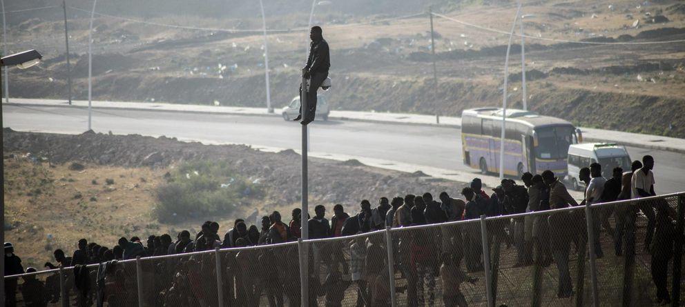 Foto: Inmigrantes subsaharianos intentan saltar la valla de Melilla en mayo de este año. (Reuters)