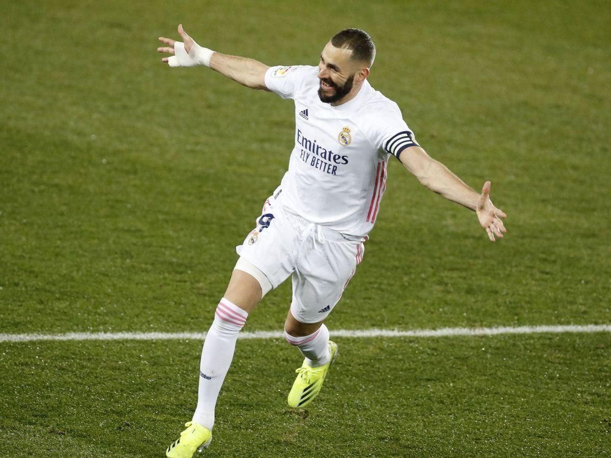 Foto: Benzema celebra un gol en el partido entre el Alavés y el Real Madrid. (Efe)