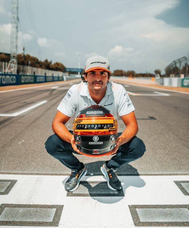 Foto: Carlos Sainz posa con su casco homenaje a las víctimas por coronavirus en España. (Carlos Sainz)