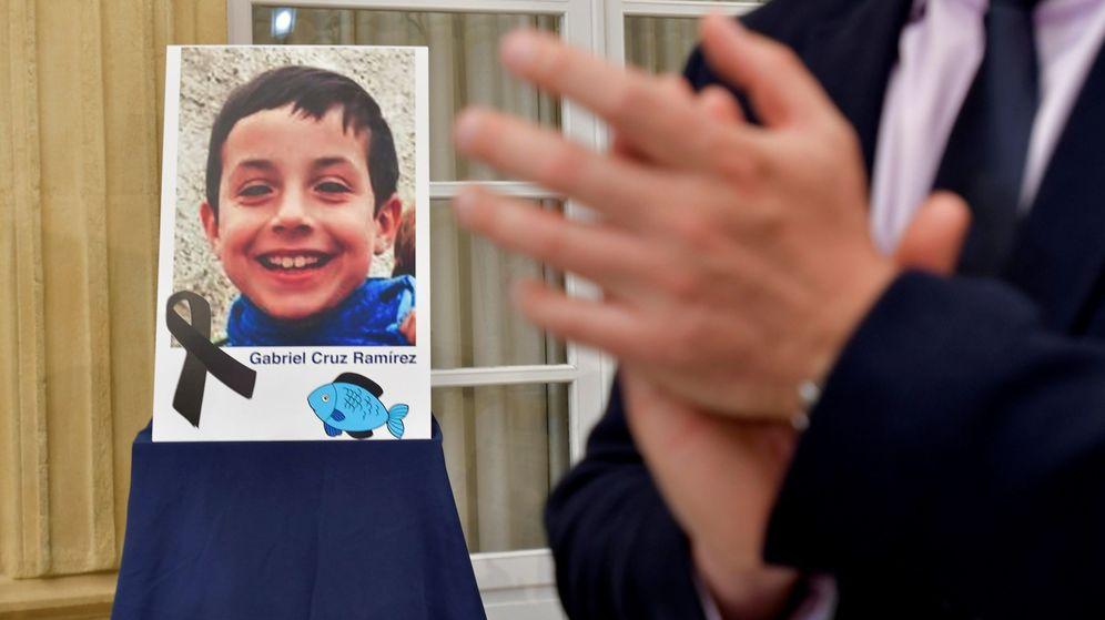 Foto: Retrato de Gabriel Cruz colocado en el patio de la Diputacion de Almería. (EFE)