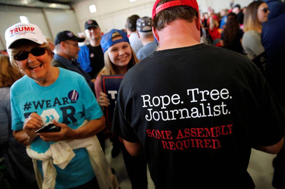 Foto: Un hombre muestra una camiseta con la leyenda: Cuerda. Árbol. Periodista en un mitin de Trump en Minneapolis. (Reuters)