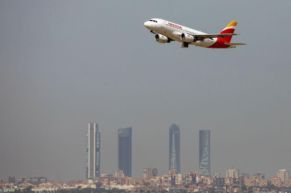 Foto: Un avión de Iberia despega. Al fondo, una panorámica del cielo de Madrid donde se aprecia la boina de contaminación. (Reuters)