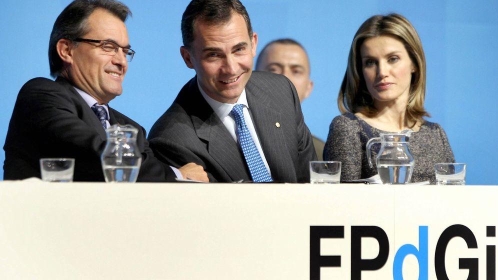 Foto: El Rey y doña Letizia junto a Artur Mas durante un acto de la Fundación Princesa de Girona. (Efe)
