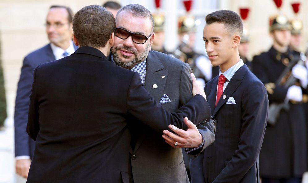 Foto: Marruecos Mohamed VI y el príncipe heredero, Moulay Hassan (d), son recibidos por el presidente de la República francesa, Emmanuel Macron, en París en diciembre de 2017. (EFE)