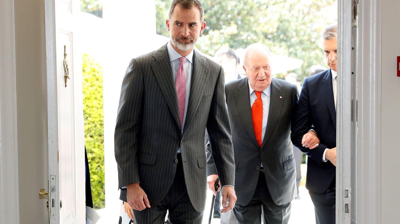 Zarzuela y Moncloa estudian salidas para el Rey emérito y para poner a salvo a Felipe VI