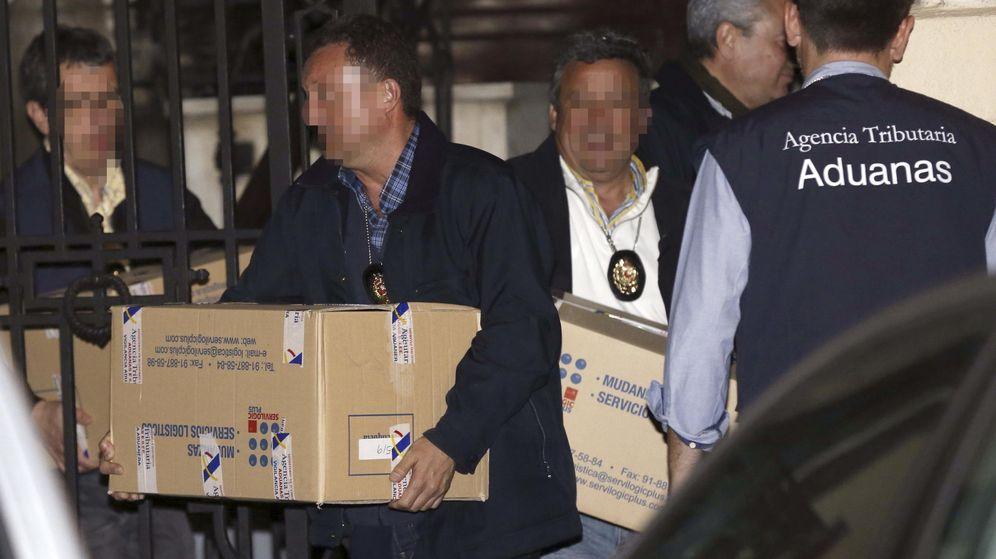 Foto: Funcionarios de la Agencia Tributaria sacan cajas con documentación del despacho de Rato. (EFE)