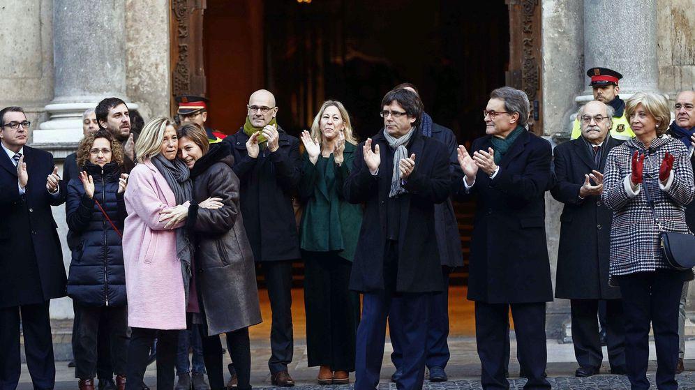 Foto: El presidente de la Generalitat, Carles Puigdemont, junto a los acusados. (EFE)