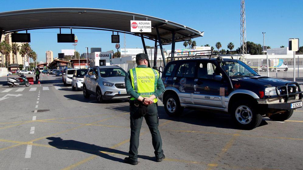 Foto: Un agente de la Guardia Civil en el paso fronterizo entre España y Gibraltar (EFE)