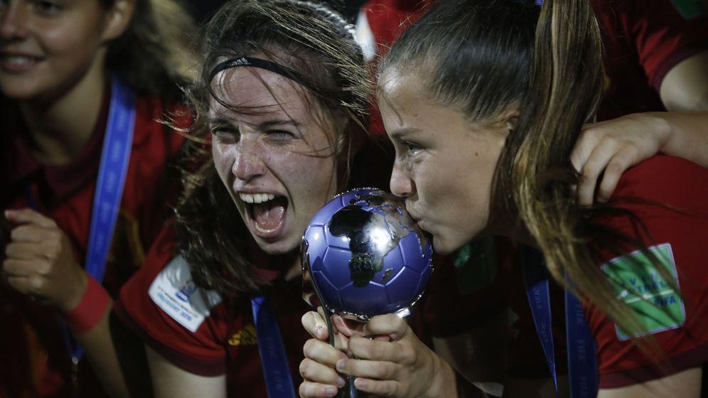 Foto: Eva Navarro (i) y Claudia Pina (d) celebran la victoria ante México tras la final del Mundial Sub17. (EFE)