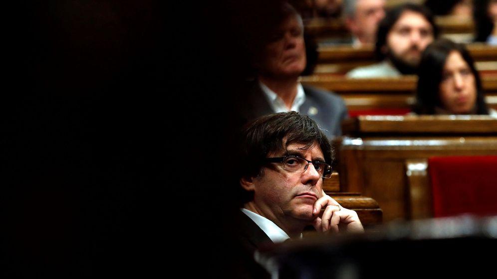 Foto: El presidente de la Generalitat Carles Puigdemont, durante el pleno monográfico. (EFE)
