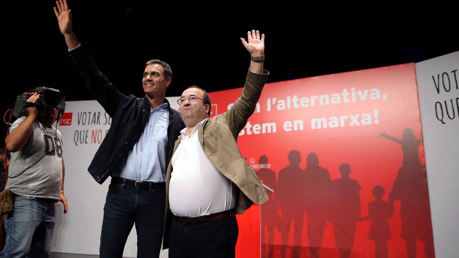 Foto: Pedro Sánchez y Miquel Iceta, este 23 de septiembre en el teatro Blas Infante de Badalona. (EFE)