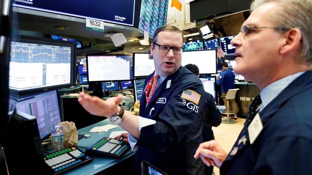 Foto: Corredores de bolsa trabajan al final del día de negociación en la Bolsa de Nueva York. (EFE)