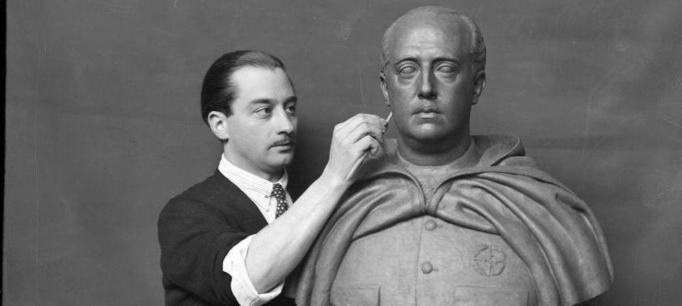 Foto: El escultor Emilio Aladrén Perojo (1906-1944) trabajando sobre un retrato de Franco. (Instituto del Patrimonio Cultural de España)