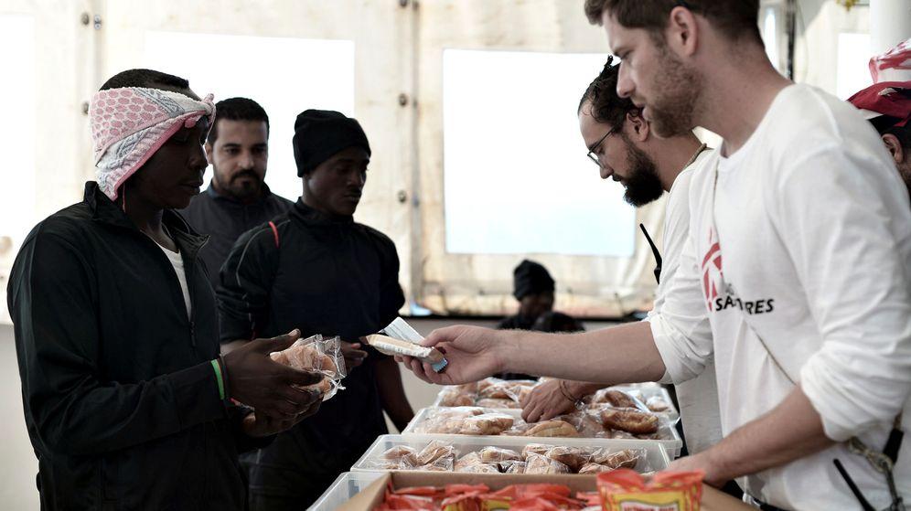 Foto: Los migrantes a bordo del Aquarius, a la hora de la comida. (Reuters)