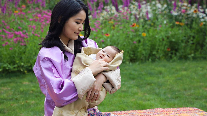 La reina de Bután, madre feliz, con su bebé en brazos. (Royal Offce for Media).