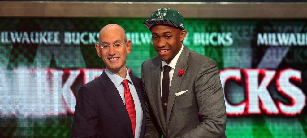 Foto: Jabari Parker estrecha la mano del Comisionado de la NBA Adam Silver tras ser seleccionado en el puesto dos del draft por los Milwaukee Bucks. (Reuters).