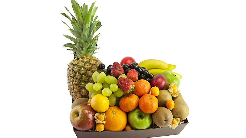 Una cesta de frutas variadas de Fashion Fruit con piña, uvas, manzanas, fresas, etc, una tentación.