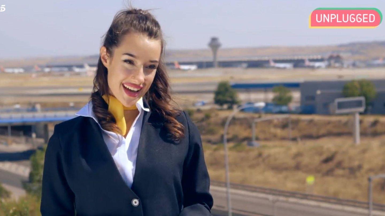 Adara vestida de azafata de vuelo. (Mediaset España)