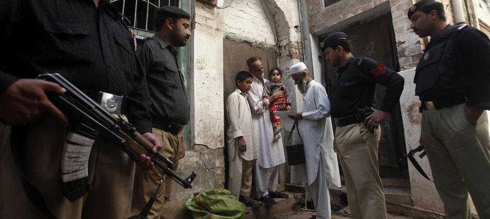 Foto: La policía protege a un trabajador de la campaña contra la polio en Peshawar el pasado 30 de marzo. (Reuters)