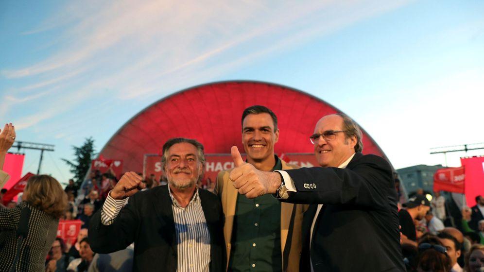 Foto: Pedro Sánchez, con Pepu Hernández (izquierda) y Ángel Gabilondo. (EFE)