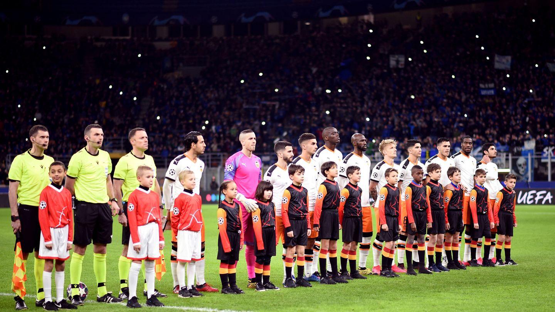 Los jugadores del Valencia, justo antes del encuentro, ante un San Siro abarrotado. (Reuters)