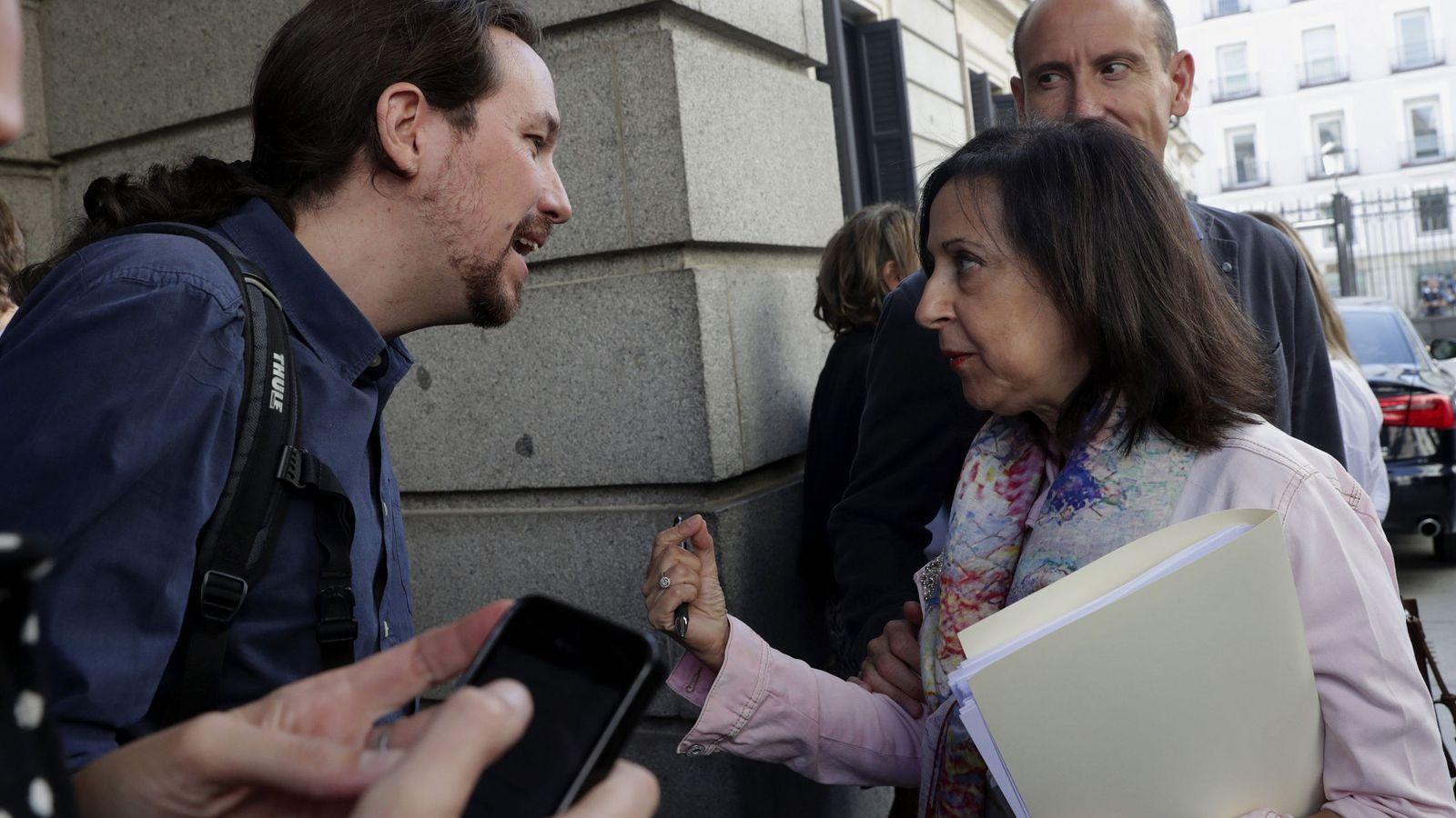 Foto: El líder de Unidos Podemos, Pablo Iglesias, conversa con la portavoz socialista en el Congreso, Margarita Robles, al término del pleno celebrado hoy en la Cámara Baja. (EFE)