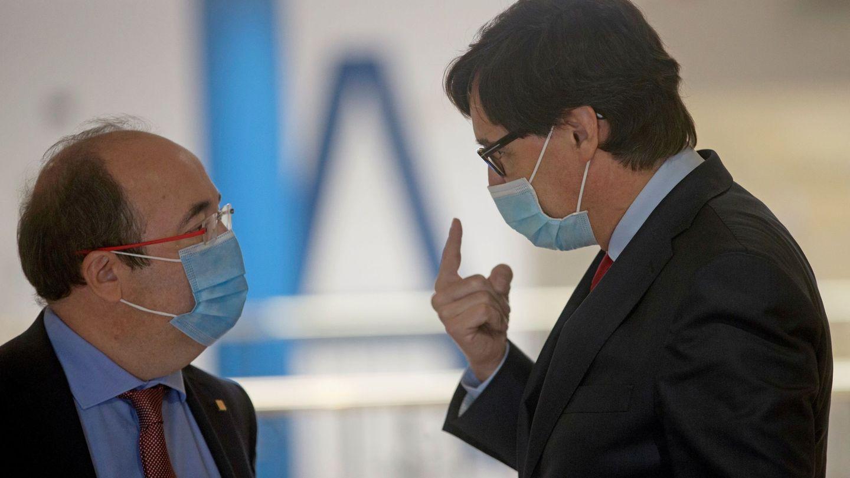 El ministro de Sanidad, Salvador Illa, acompañado por el líder del PSC, Miquel Iceta (i). (EFE)