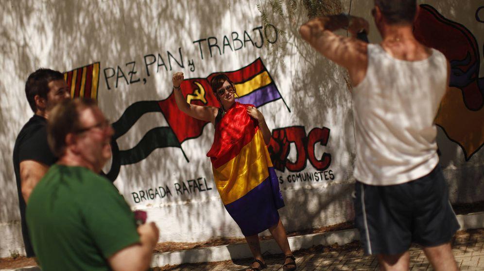 Foto: Un grupo de turistas posa para un foto en uno de los múltiples murales pintados en Marinaleda. (Reuters)