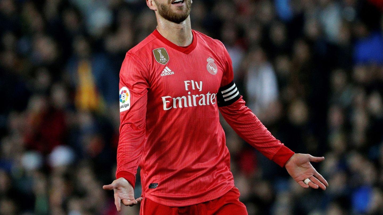 Sergio Ramos se lamenta en el partido contra el Valencia. (EFE)