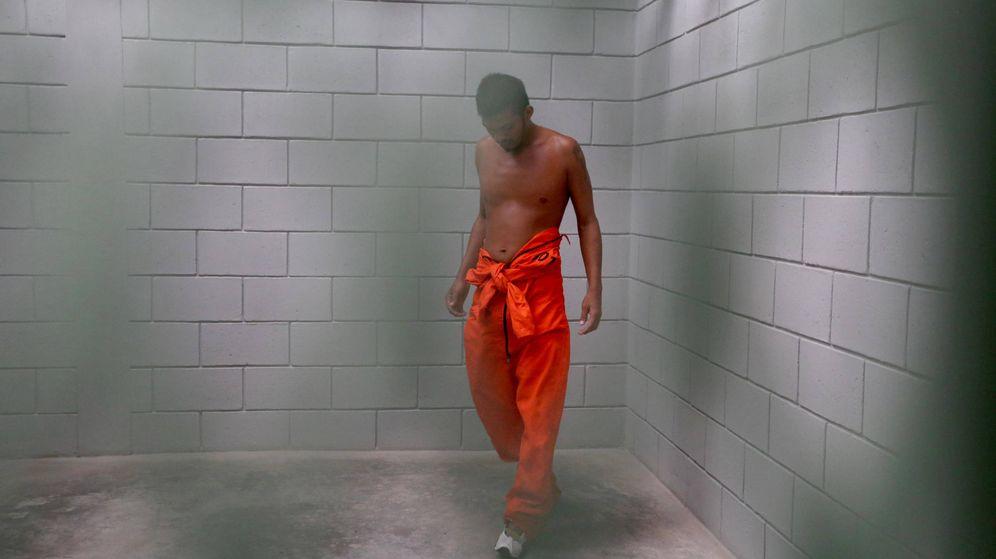 Foto: Un preso camina por su celda en la prisión de máxima seguridad conocida como El Pozo, en Ilama, Honduras. (Reuters)