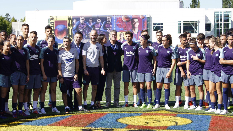 Integrantes de los equipos masculino y femenino del FC Barcelona, antes de un entrenamiento este verano en Portland. (EFE)