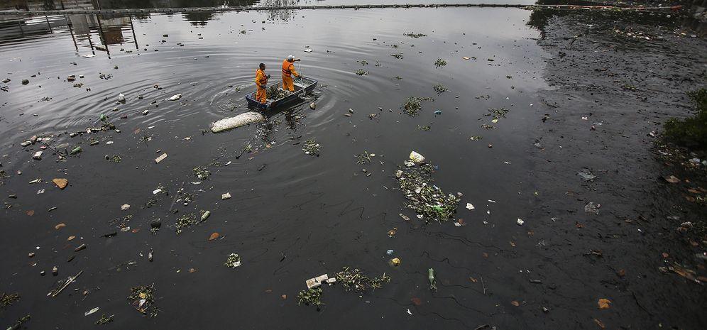 Foto: Imagen de labores de limpieza del río Meriti en Río de Janeiro (EFE)