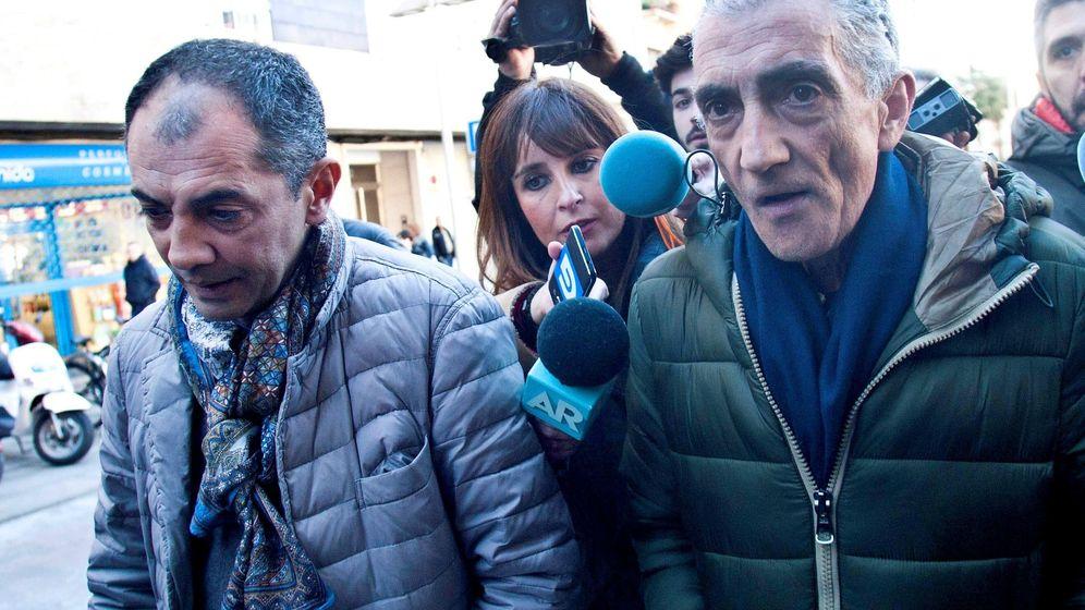 Foto: Julio Araújo (d), la expareja de Sonia Iglesias, y su hermano David Araújo (i), quienes han tenido que declarar en comisaría este miércoles. (EFE)