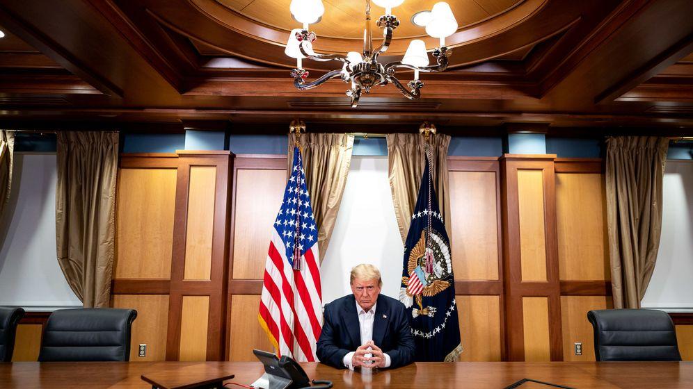 Foto: Donald Trump, en audioconferencia con el vicepresidente Mike Pence desde el hospital donde se encuentra desde el viernes. (Reuters)