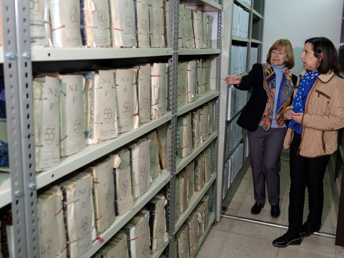 Foto: La ministra de Defensa, Margarita Robles, durante una visita al Archivo General Militar de Ávila. (EFE)