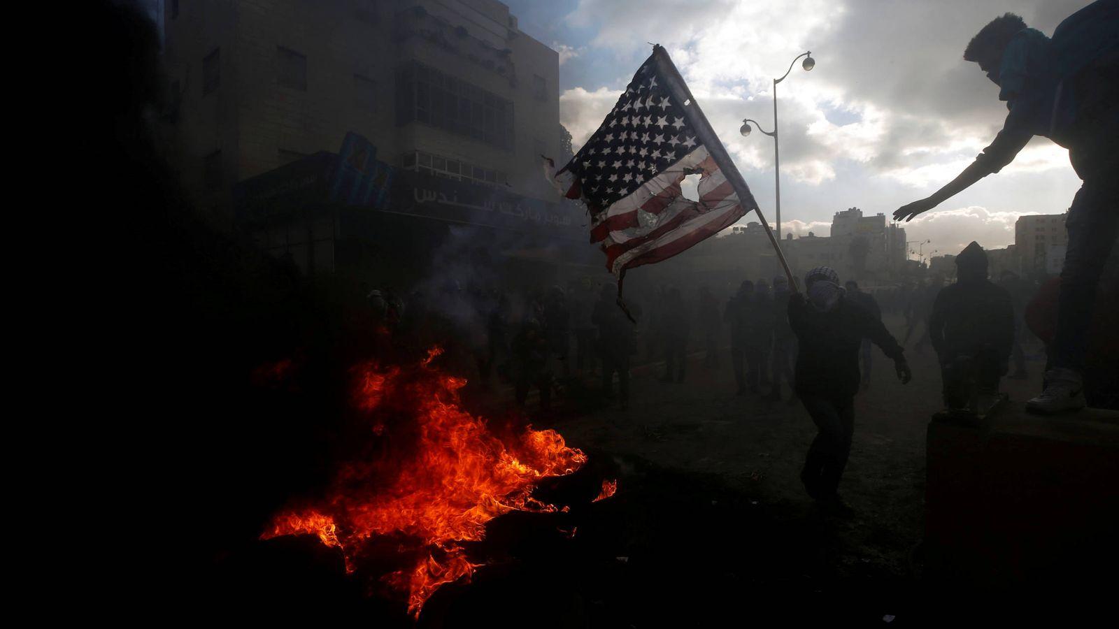 Foto: Un manifestante palestino quema una bandera de EEUU durante choques con las fuerzas de seguridad israelíes en Ramala, Cisjordania. (Reuters)
