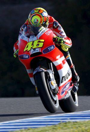 Pedrosa marca el ritmo con viento y Rossi coloca la Ducati entre los mejores