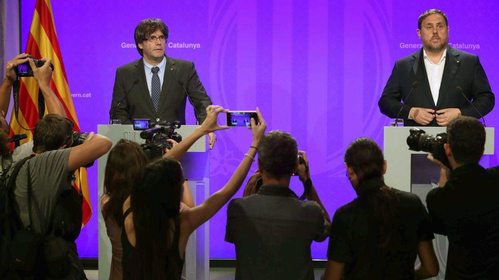 Foto: El presidente de la Generalitat de Cataluña, Carles Puigdemont (i), y el vicepresidente del Govern y 'conseller' de Economía, Oriol Junqueras, comparecen ante los medios de comunicación. (EFE)