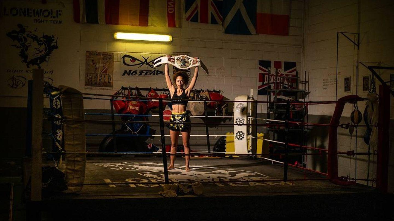 Lara Fernández mostrando su cinturón de Campeona del Mundo de K1-ISKA. (Fernando Ruso)
