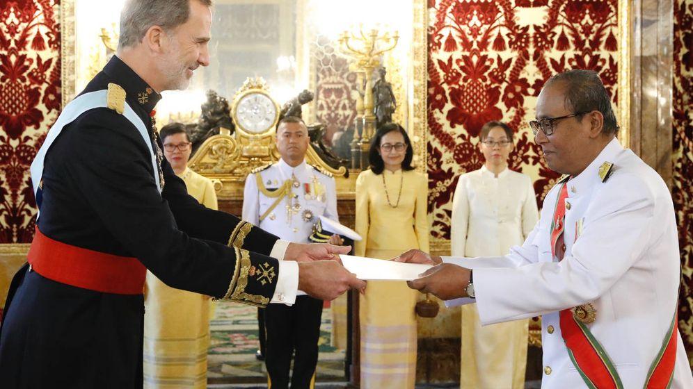 Foto: El Rey recibe la Carta Credencial de manos del embajador del Reino de Tailandia, Krerkpan Roekchamnong. (Casa de S.M. el Rey)