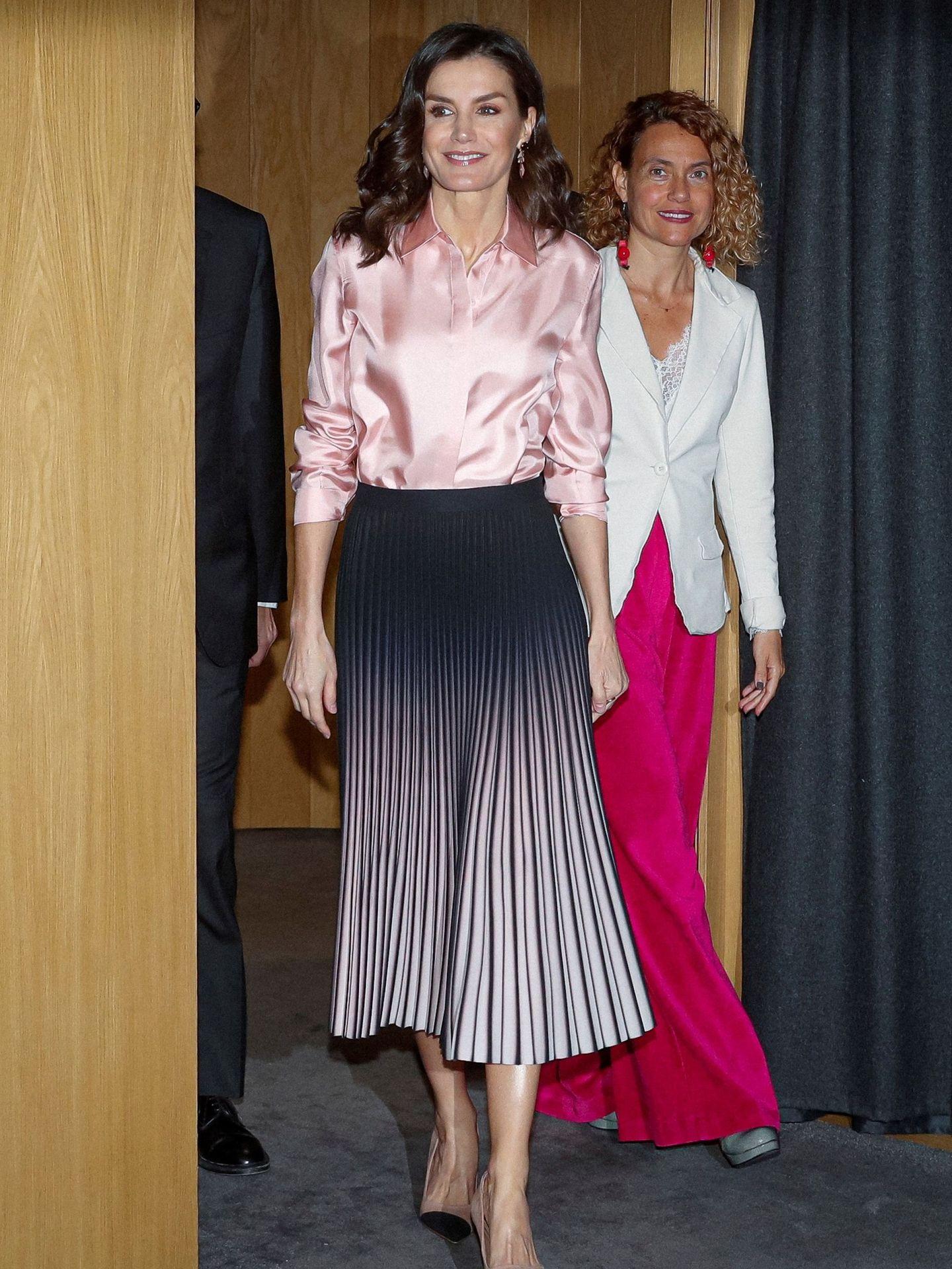 La reina Letizia, con falda plisada preside el acto oficial del Día Mundial de las Enfermedades Raras. (EFE)