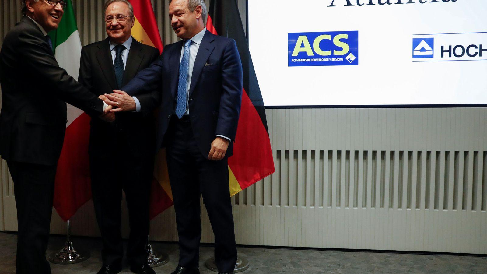 Foto: Giovanni Castellucci, CEO de Atlantia, Florentino Perez, presidente de ACS, y Marcelino Fernandez, presidente de Hochtief (REUTERS)
