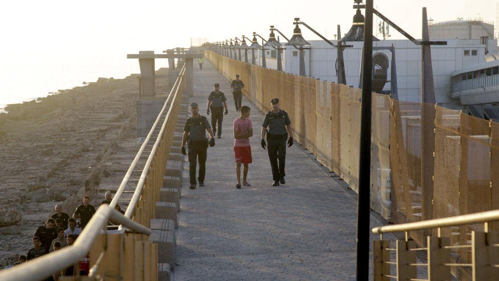 Foto: Varios agentes, en una operación conjunta en una redada para localizar a los menores extranjeros no acompañados (menas) que deambulan por la ciudad. (EFE)