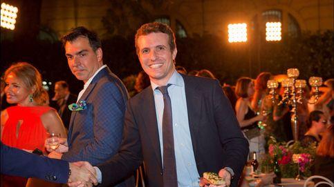 El político Pablo Casado, 'celebrity' por sorpresa en la embajada italiana